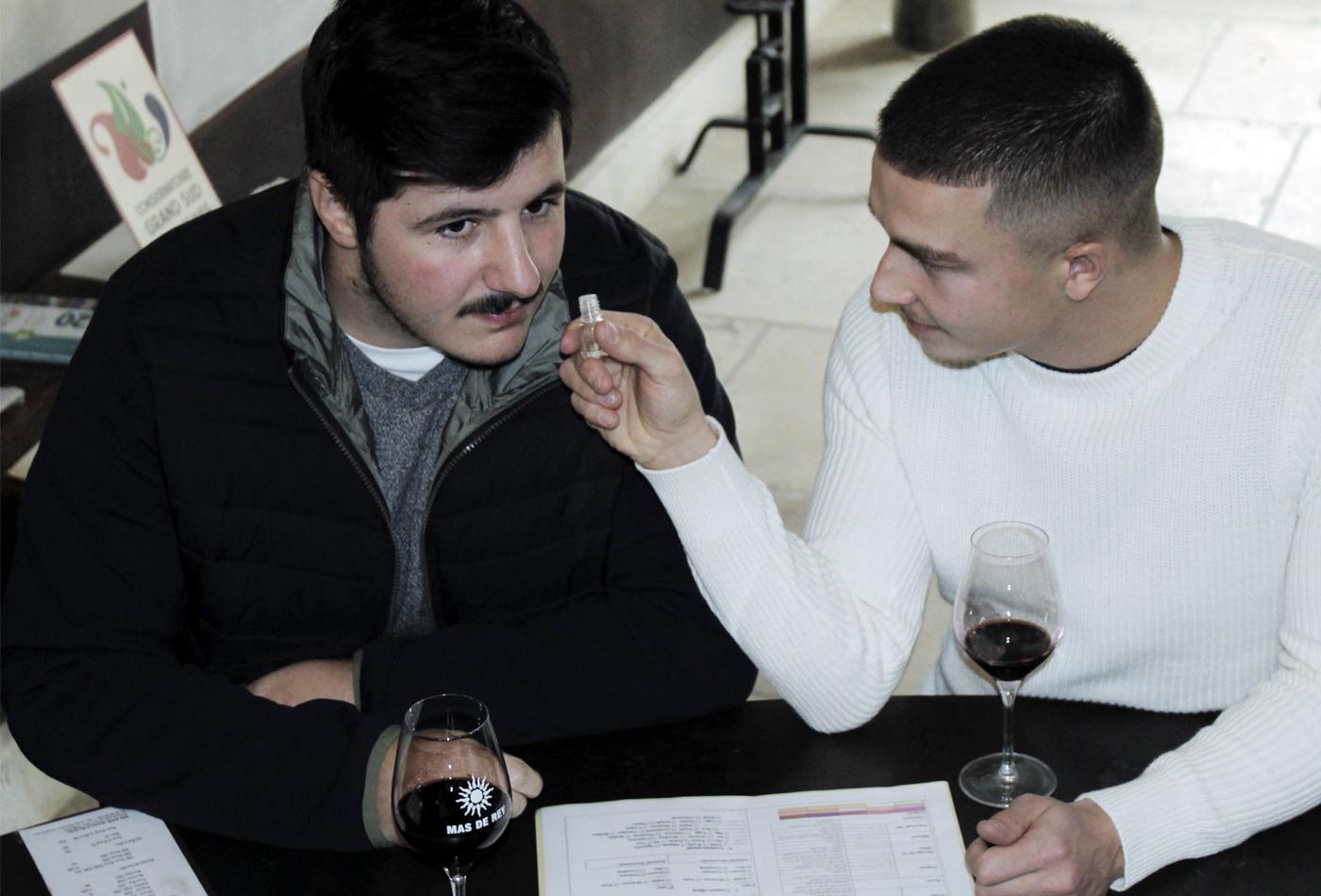 Hommes participant à un cours d'oenologie