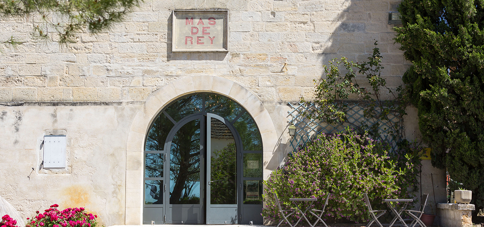 Porte du caveau du Domaine du Mas de Rey ouverte pour visiter le Domaine du Mas de Rey