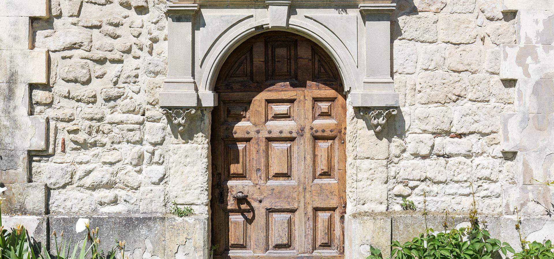 porte en bois de la chapelle du Domaine