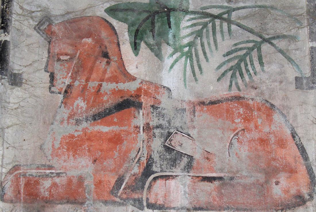 Tableau du sphinx peint au dessus de la porte d'entrée du caveau du Domaine du Mas de Rey reflet de l'histoire du Domaine du Mas de Rey